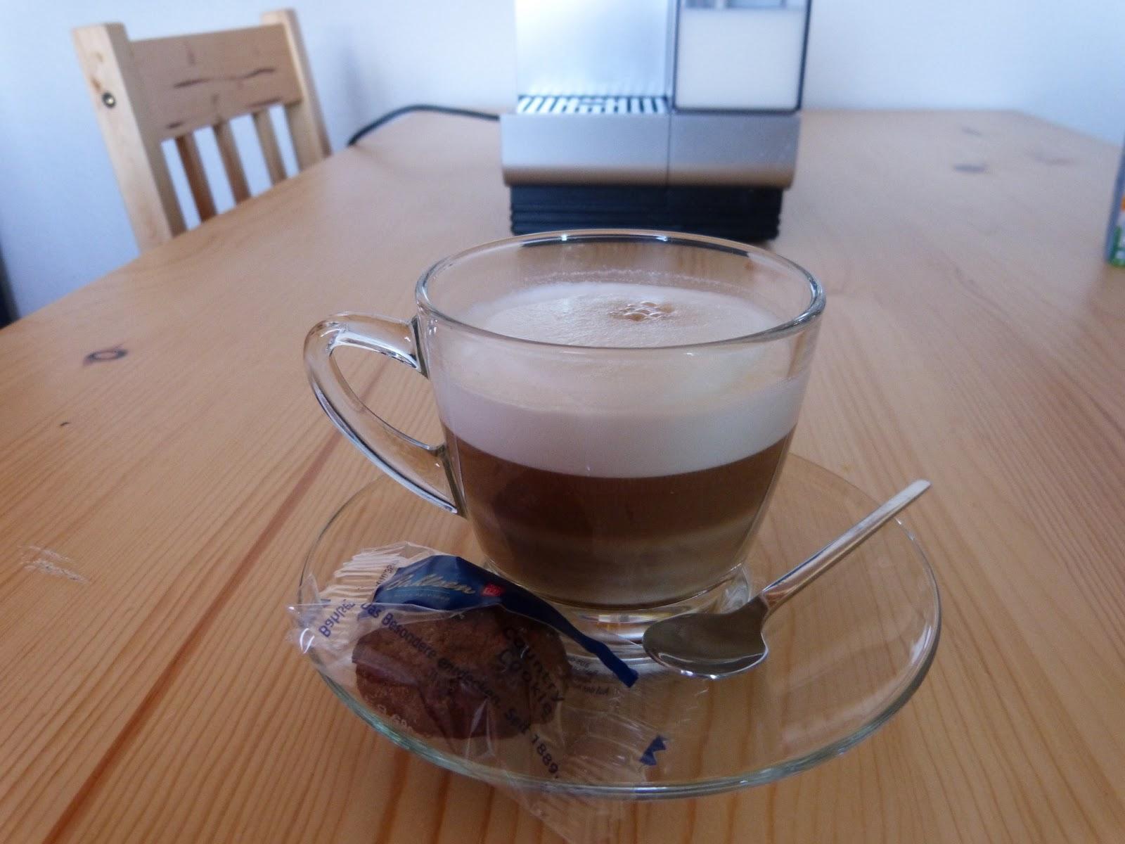 zubereitung von latte macchiato und cappuccino mit der. Black Bedroom Furniture Sets. Home Design Ideas